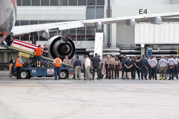 Fallen soldiers casket being off-loaded from flight photo #2123