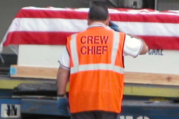 American Airlines crew chief salutes the fallen soldier, photo #2125