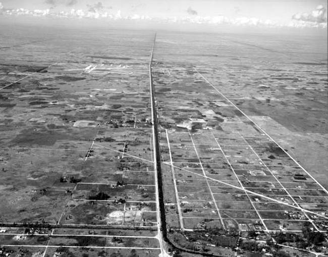 1947 - Tamiami Trail (US 41) looking west with Tamiami Airport on the left of it in the background