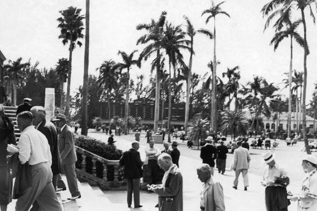 Late 1940s - horse racing fans at Hialeah Race Track