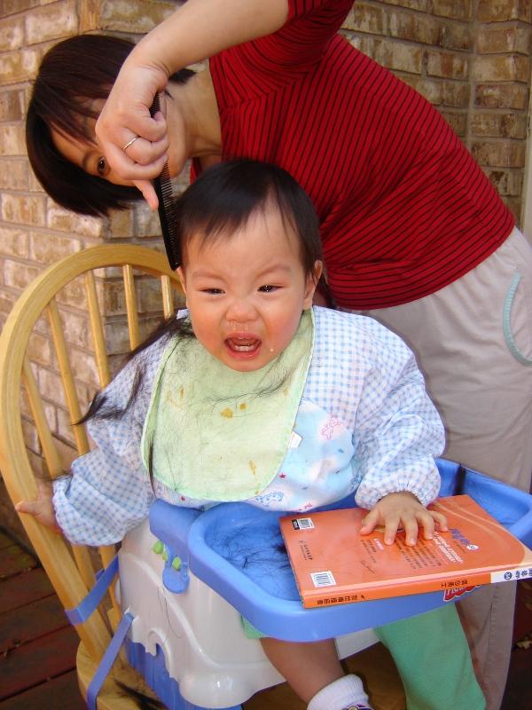 林梅阿姨幫聚聚剪髮, 聚聚嚇哭了