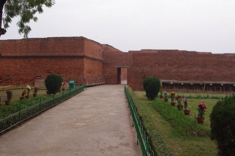 Entrance to Nalanda University.jpg