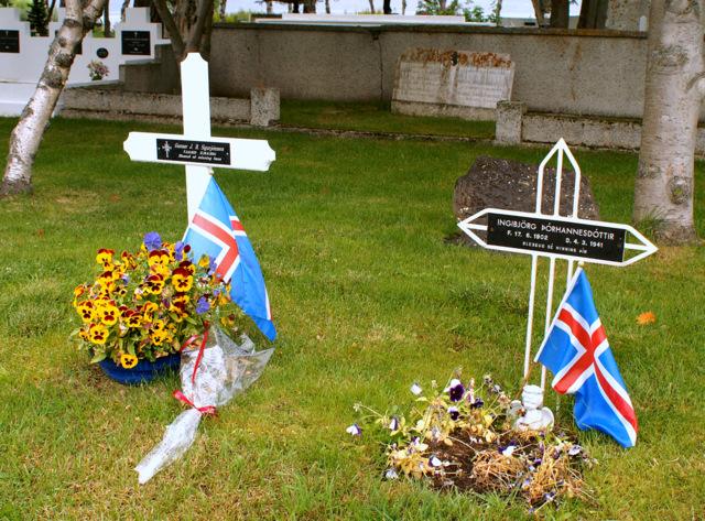 Í kirkjugarði Akureyringa.