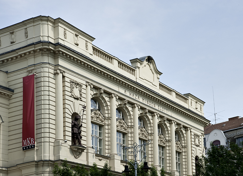 Bank building by by Erzsebét Bridge