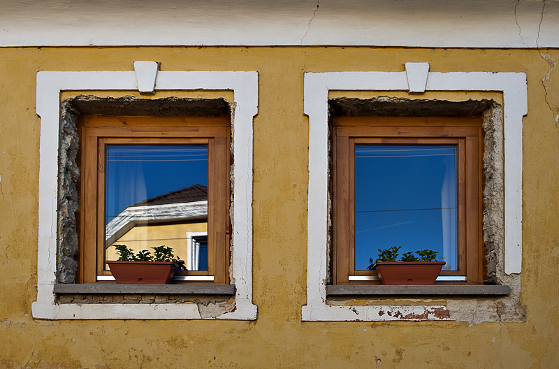 Nagyvázsony, rough windows