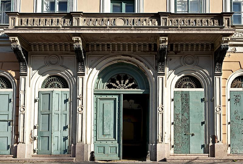 Széchenyi Tér, elegant doors