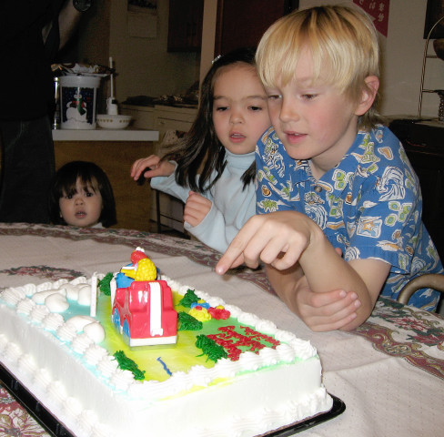 Inspecting Emilias birthday cake (Note Emilia)