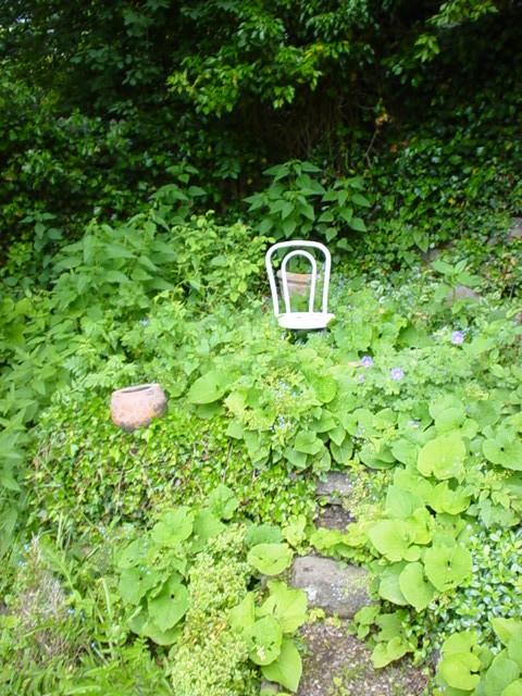 Une chaise nue vide