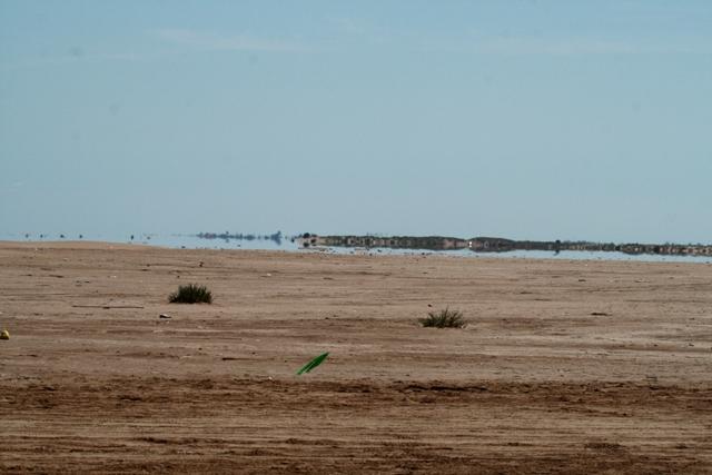 Mirage - Espejismo - Miratge - Dos visitantes disfrutando este efecto óptico en la Punta del Fangar