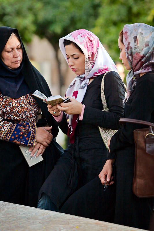 Women reading Hafez - Shiraz