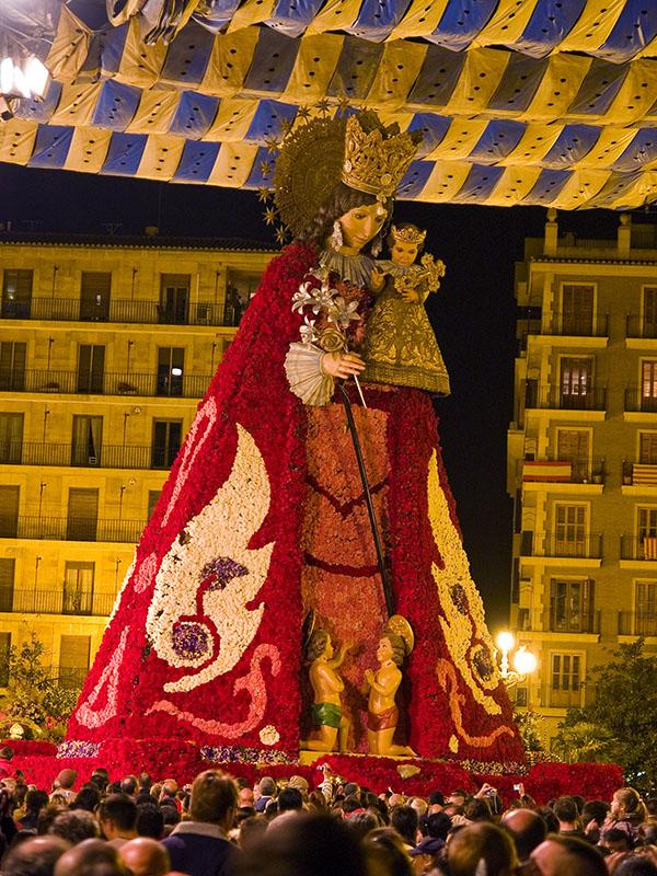 Una virgen gigante vestida de flores / A giant virgin dressed of flowers