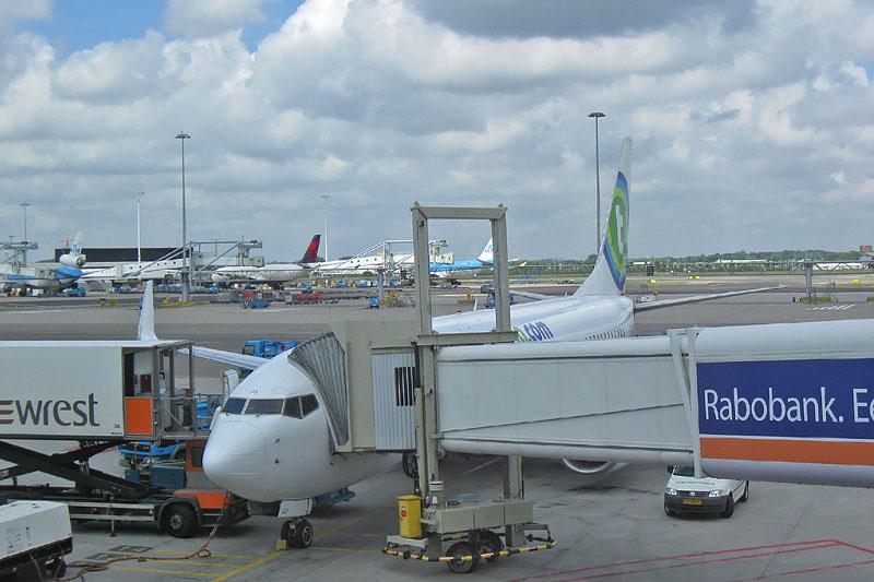 Ons vliegtuig staat klaar op Schiphol