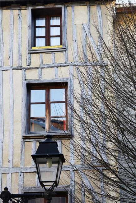 Le lampadaire et les fenêtres