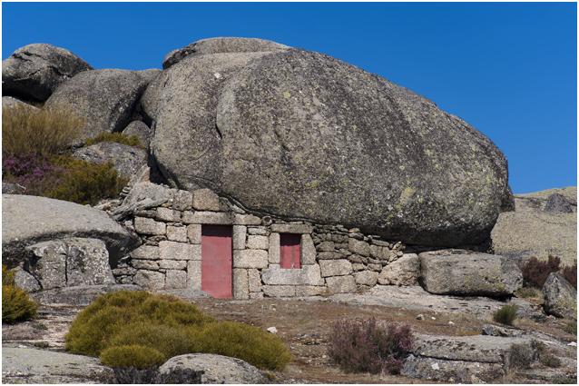 Indrukwekkende rotsformaties en grotwoning