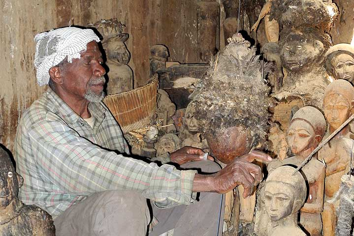 Devin et guérisseur Sib Tadjalté (peuple Lobi) à Kerkera, Burkina Faso