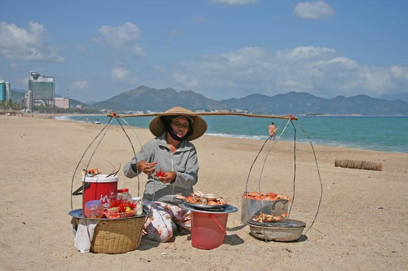 Vendeuse de crustacés sur la plage de Nha Trang