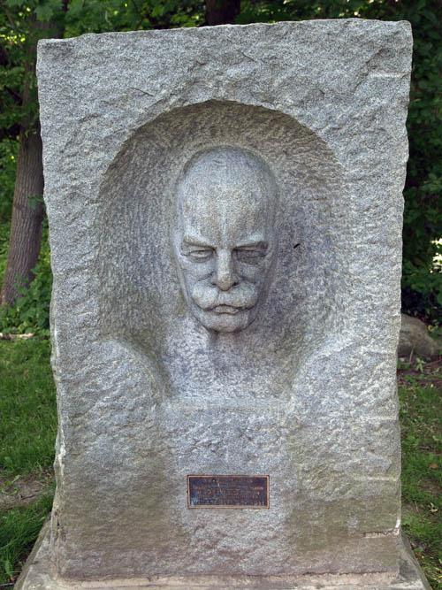 Robert Holmes sculpture by John Byers