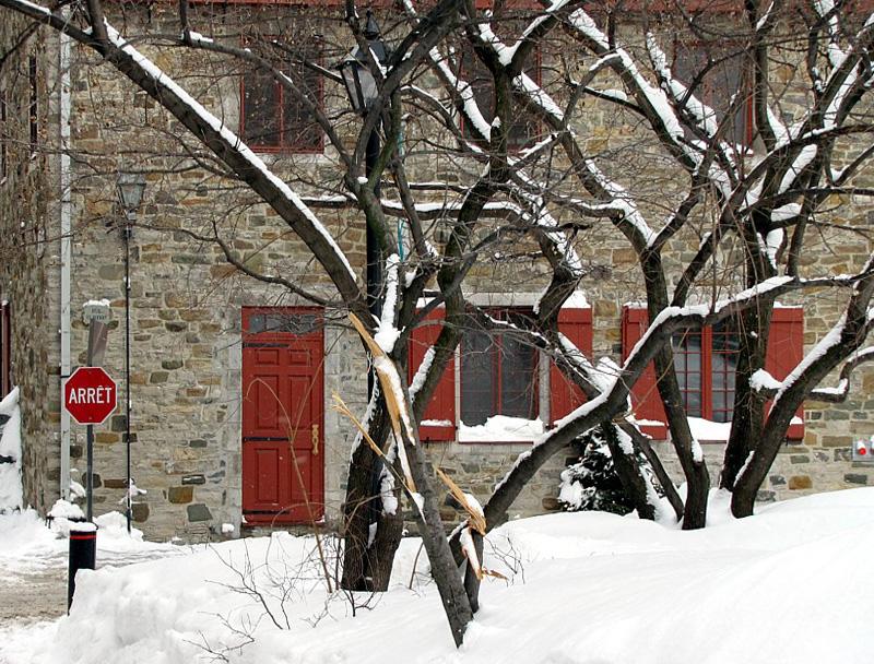 porte rouge sur la rue St-Pierre