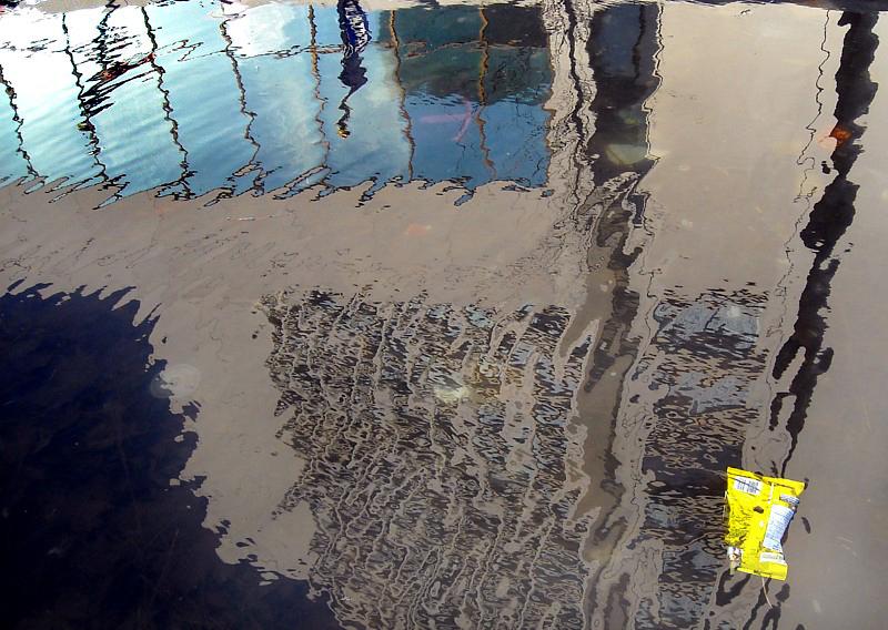 sac de chips à la dérive dans la fontaine de lhôtel
