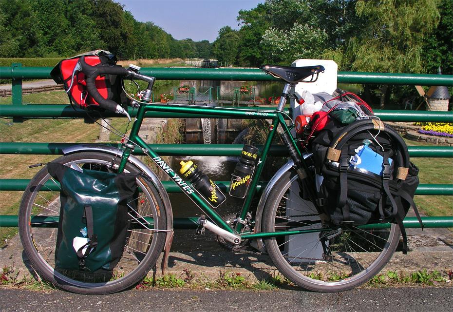 132  Par - Touring France - Dave Yates Hosteller touring bike