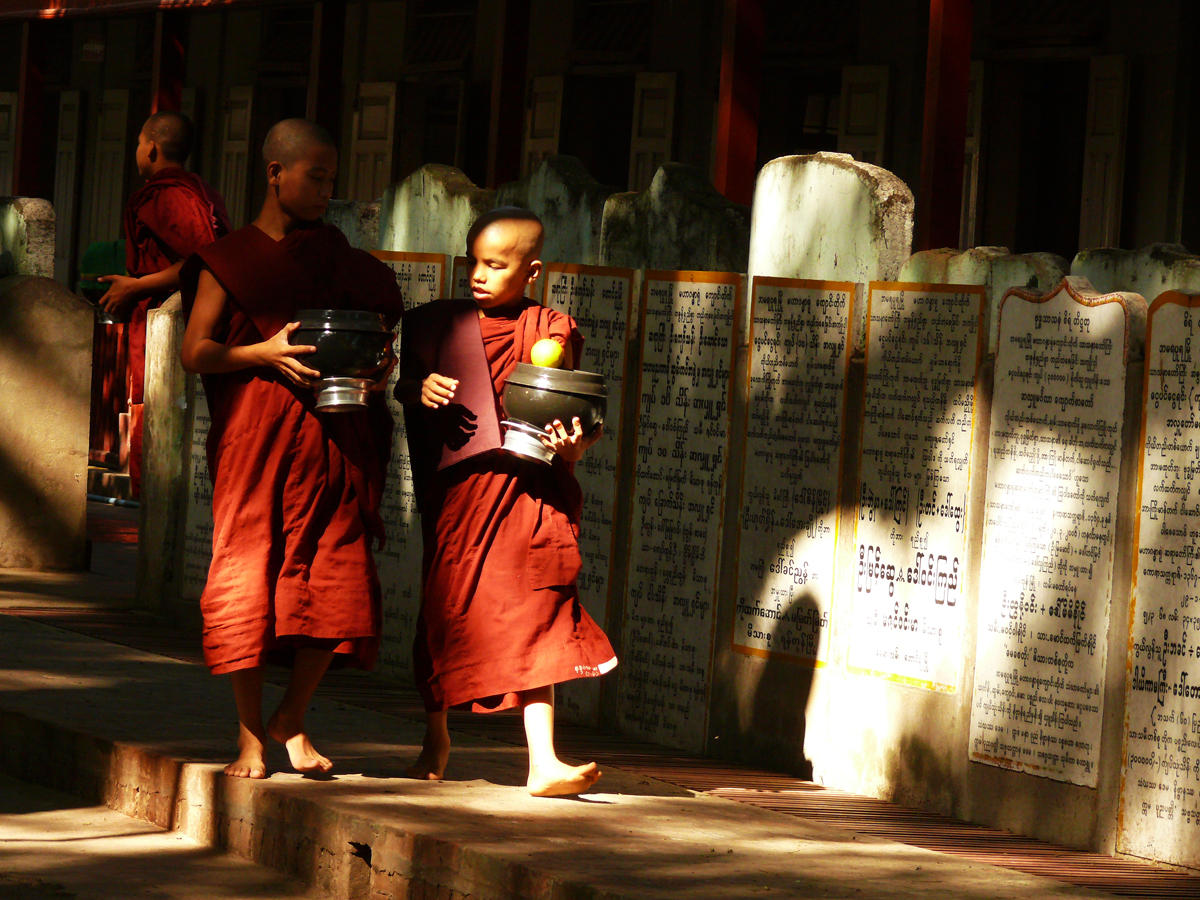 Two monks at Maha Ganayon.jpg