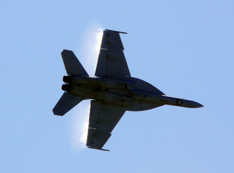FA/18F Hornet does a fast low pass