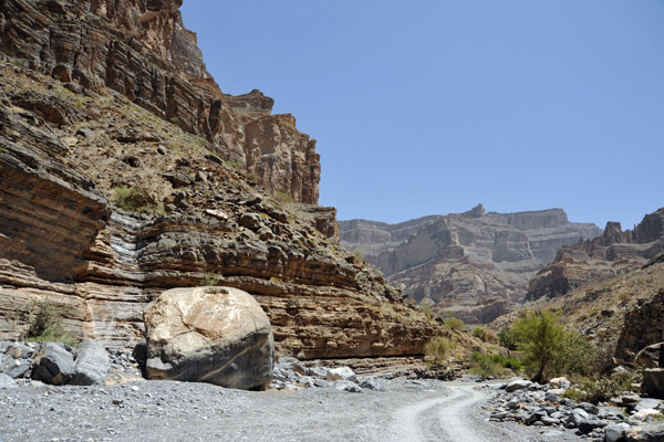 Nearing the village of Nakhur, the valley opens up