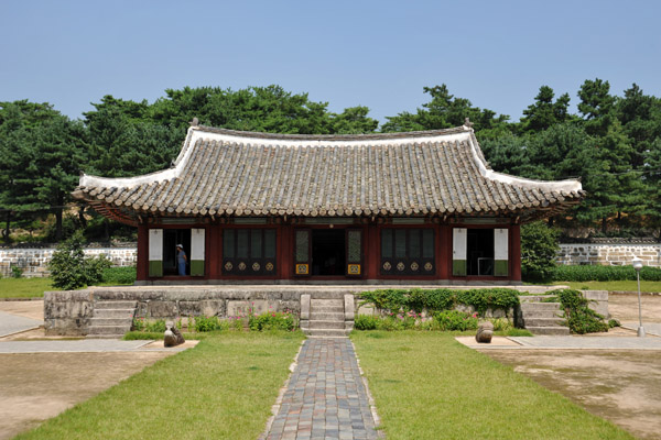 The present buildings date from 1602 after a fire destroyed the complex in 1592 during a war with Japan