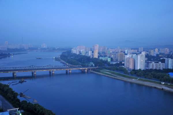 Yanggakdo Bridge at dawn