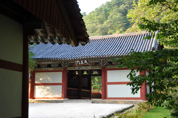Chonwang Gate, the inner gate to Pohyon Temple housing the four heavenly kings