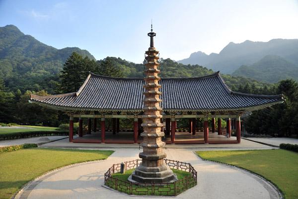 Manse Pavilion with the 13-story Sokka Pagoda, Pohyon Temple