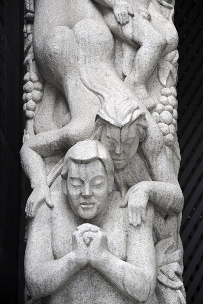 Sculpted arch near Seolleung Station