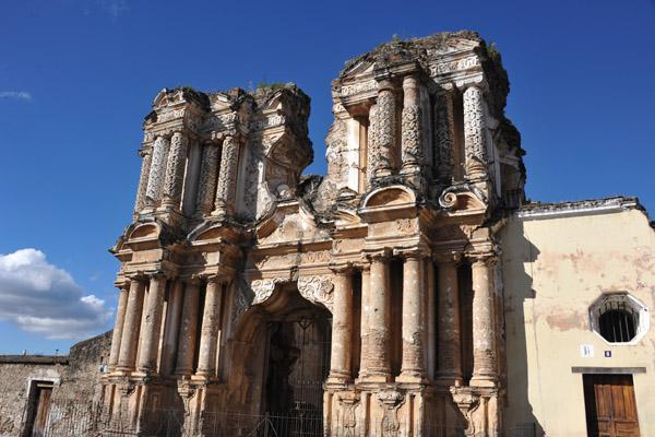 The Iglesia del Carmen was founded in Antigua Guatemala in 1638