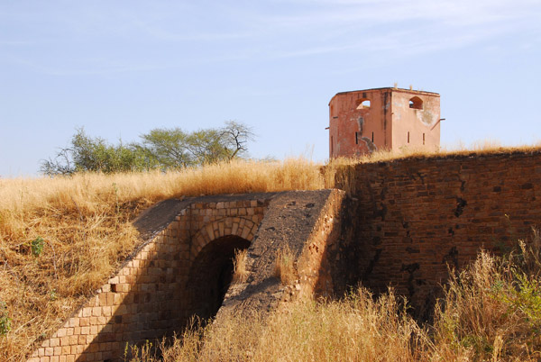 It took us 45 minutes to drive the 15km from Kayes to the Fort de Médine