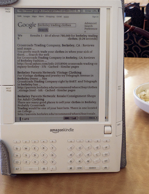 Googling with my old <a href=http://bit.ly/k1refurb target=_blank><u>Kindle 1</u></a> at a restaurant, Nov. 2008