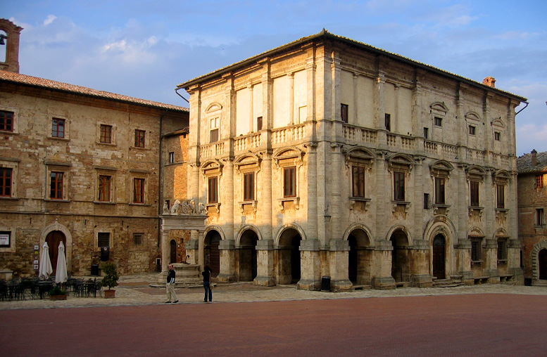 Palazzo Tarugi, with well (1520) in front