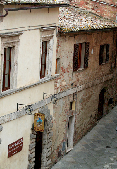 Looking down on a Mueble Il Riccio entrance