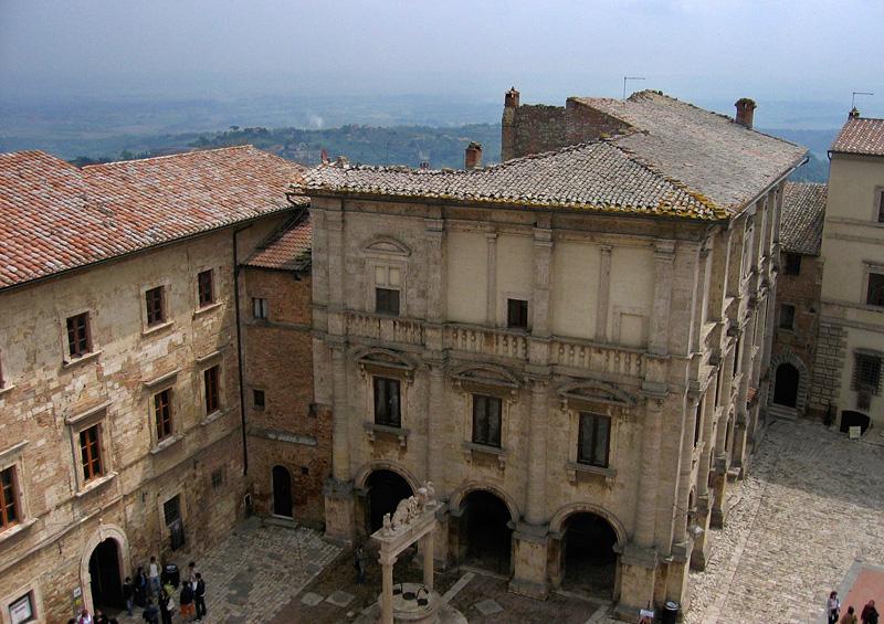 Palazzo Tarugi and its well