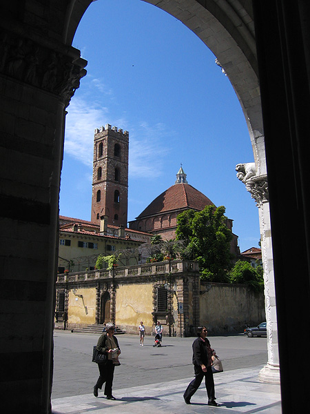Entrance of <a href=http://tinyurl.com/32mx96 target=_blank>Cathedral of <u>San Martino</u></a>