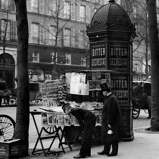 1900s - At a newstand