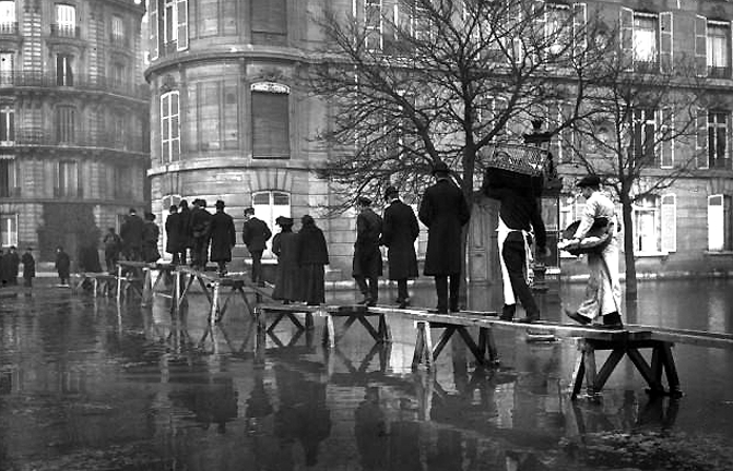 1910 - Avenue Montaigne during the great flood