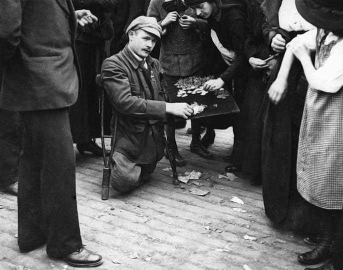 1919 - Veteran selling his medals, Bastille Day