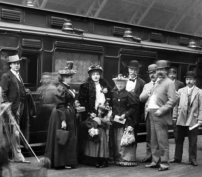 1894 - Sarah Bernhardt with entourage, St. Pancreas Station