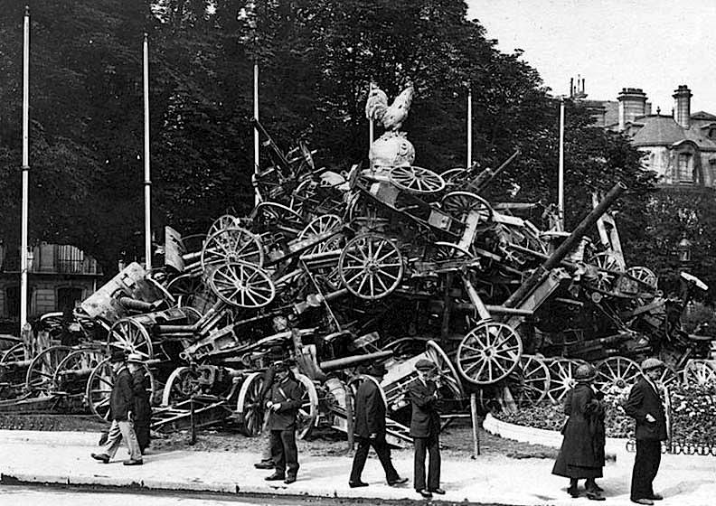 1918 - German guns on the Champs Elysees