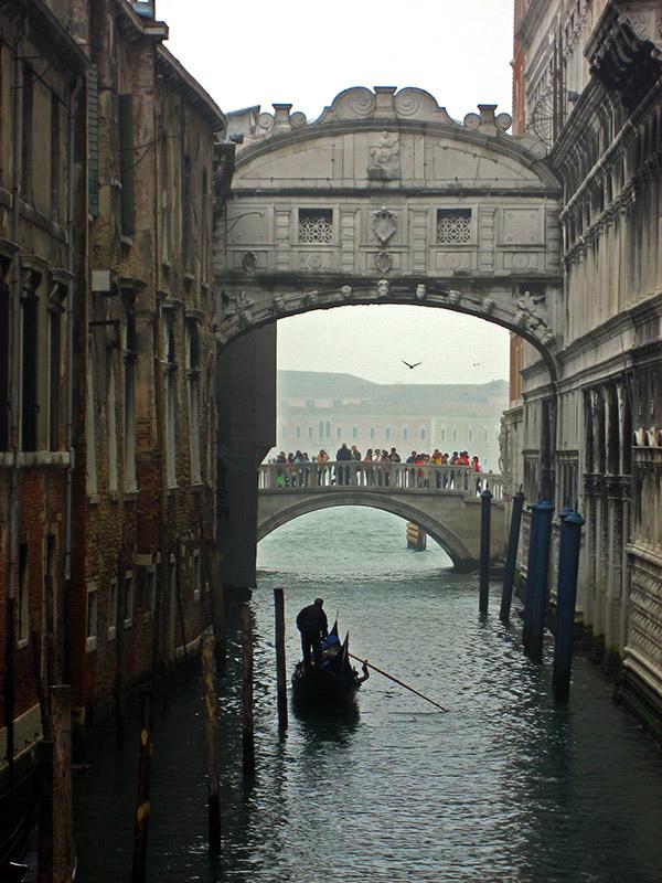 Gondola under the Ponte dei Sospiri .. 2689