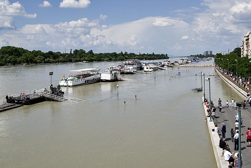 Tour boats, entrance to rakpart