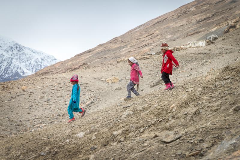 Three girls on mountainside - Zong