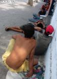 Esta imagen es muy comun en las esquinas de Barranquilla, indigentes  en grupos  grandes