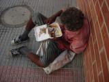 someone gave him food leftover .Jemand gab ihm zu essen �brig gebliebenen