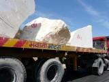 Camion transportant du marbre
